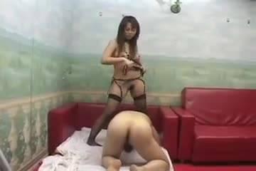 Молодая пара перед сексом надругалась над тайкой в роли рабыни
