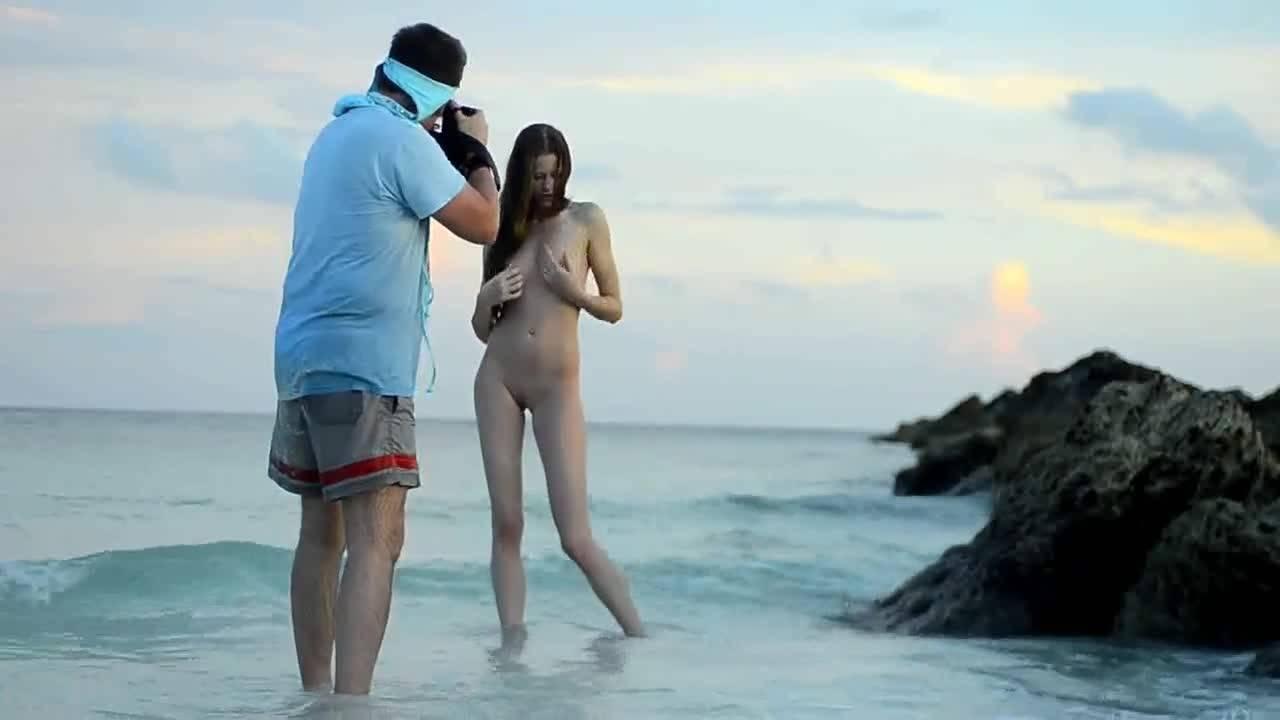 Высокая брюнетка позирует голенькая на пляже