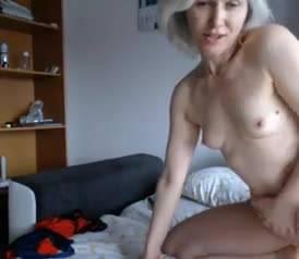 Красотка Veronica Vain эротично мастурбирует в белоснежной постели