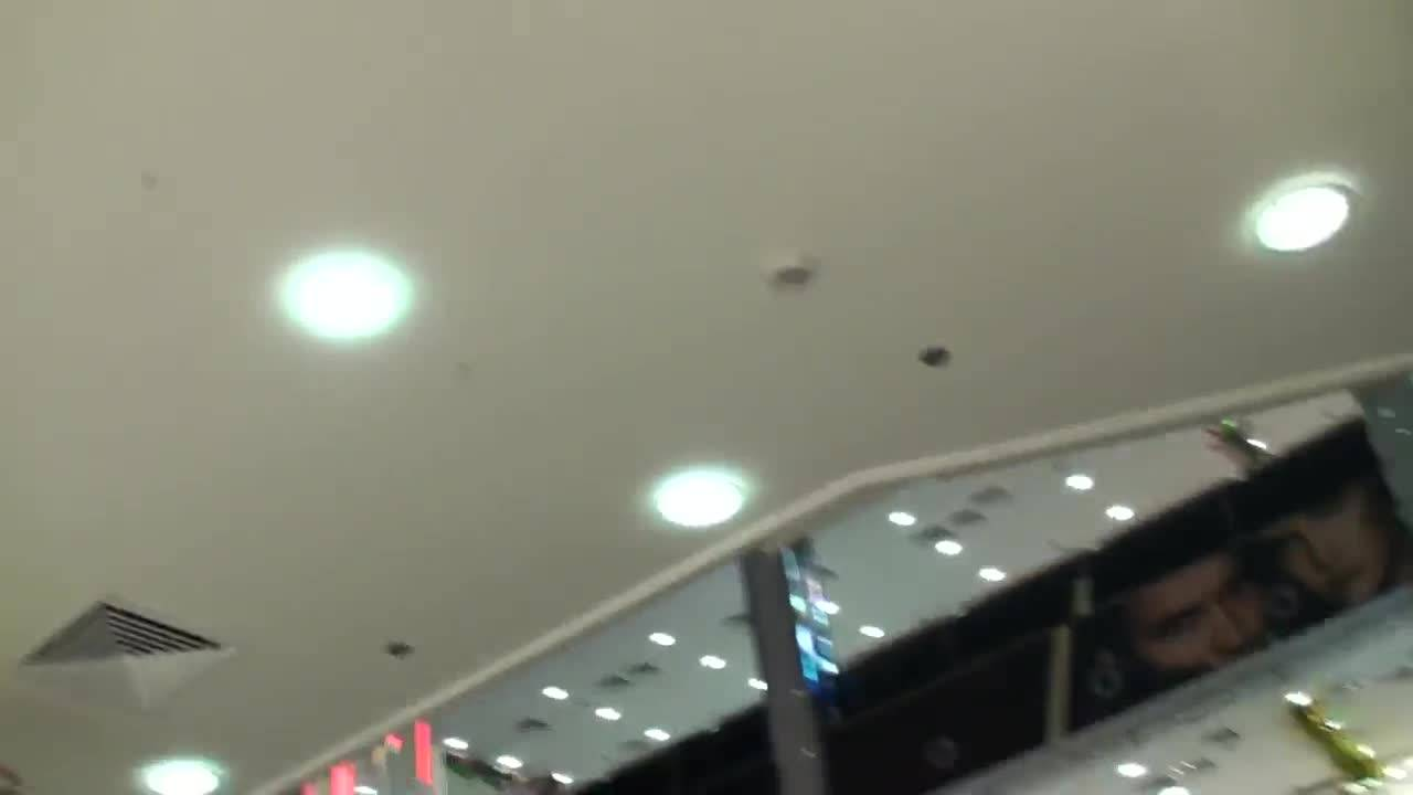 Камера засняла длинноногих девушек в торговом центре