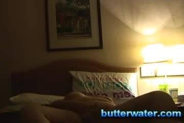 Толстая женщина снимает любительское видео, где мастурбирует свою бритую киску