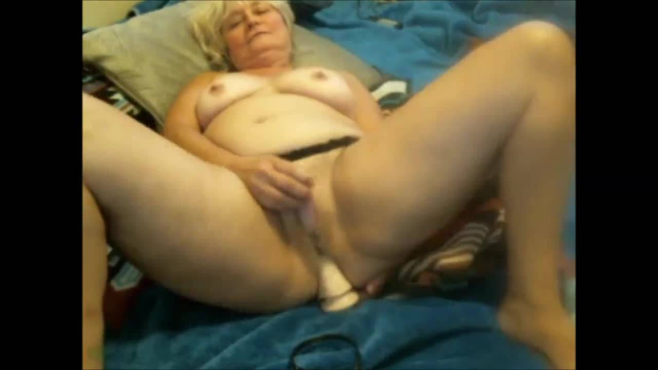 Бабка дрочит свою киску двумя самотыками