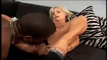 Пока мужа нет, зрелая блондинка спит с черным парнем