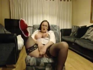 Горячая красотка мастурбирует перед камерой бритую киску