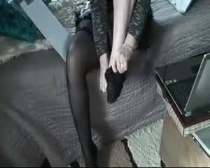 Красотка надевает чулки на свои сексуальные ножки