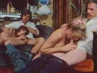 Порно в стиле винтаж, где две пары трахаются рядом в разных позах