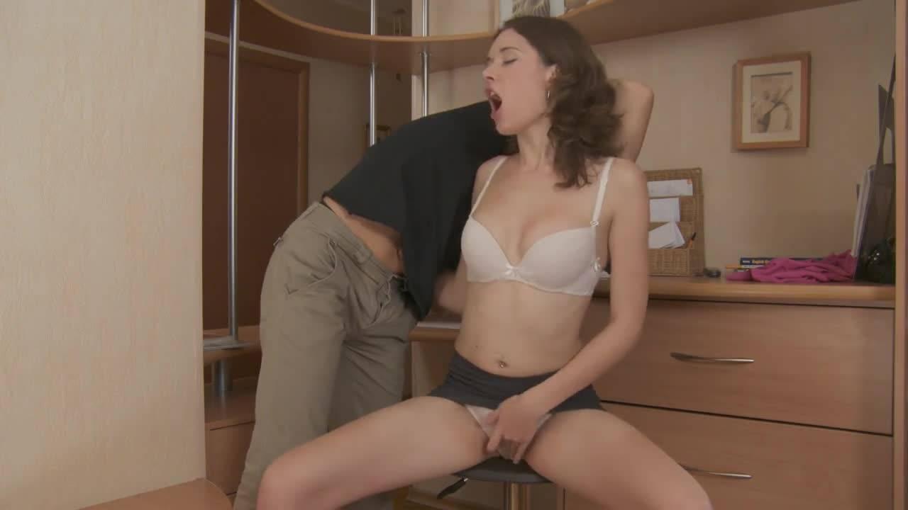 Мужчина трахает красивую русскую секретаршу прямо в офисе