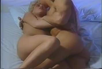 Качок с длинными волосами решил трахнуть блондиночку в кровати