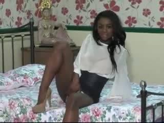 Сексуальная негритянка решила расслабиться в номере отеля