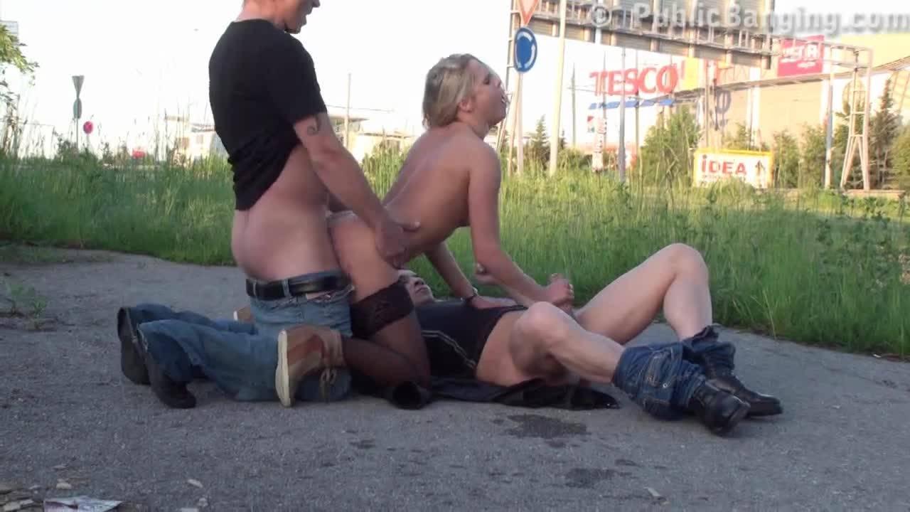 Парни трахнули блондинку прямо посреди улицы