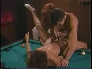 Парень трахает двух красоток на бильярдном столе в ретро порно видео
