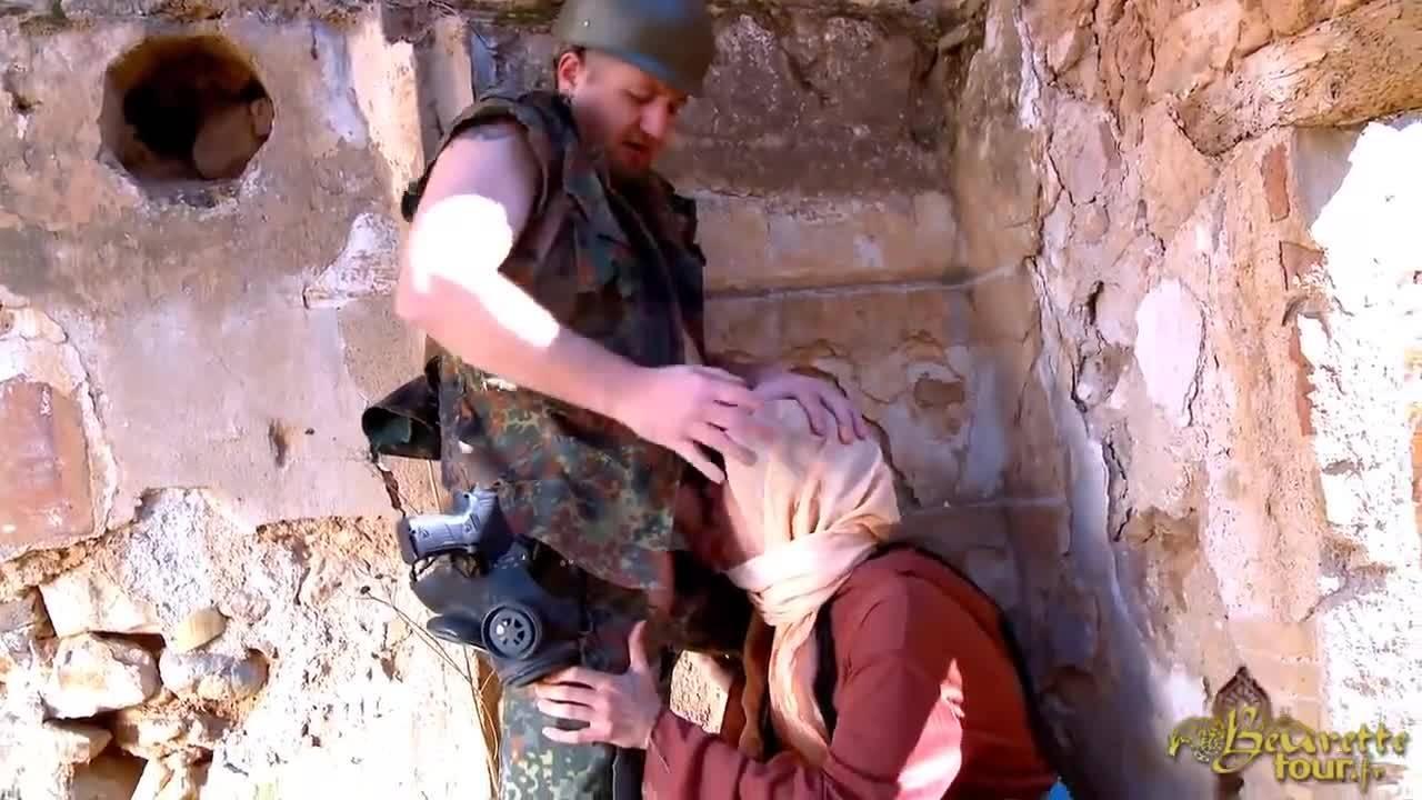 Солдат отодрал молоденькую беженку