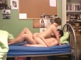 Молодая парочка снимает на видео свой домашний секс