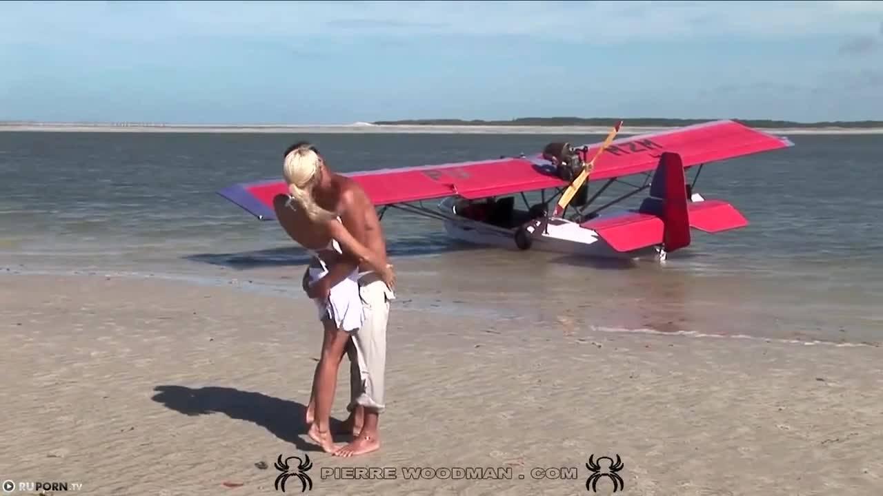 Пилот кукурузника трахает раком девушку на пляже после воздушной прогулки