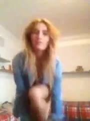 Сексуальна блондинка эротически одеваться на камеру