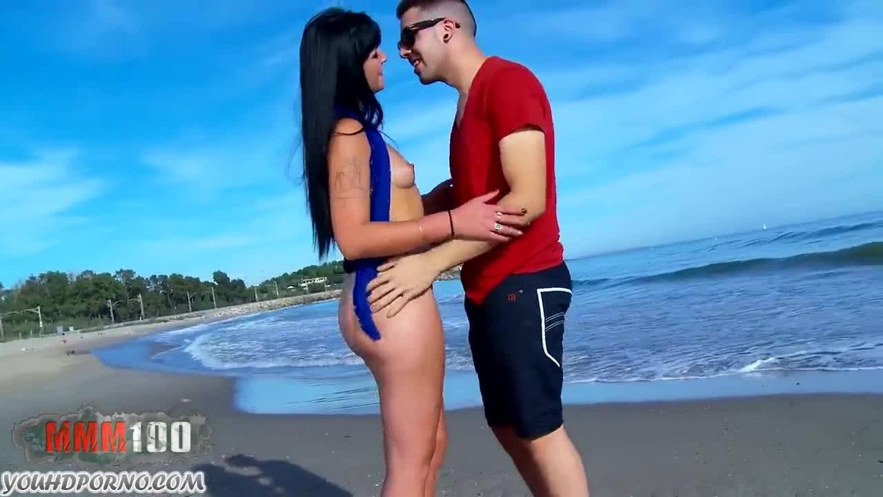Трахает бесстыжую брюнетку на пляже и кончает ей на сиськи