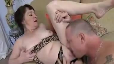 Старушка захотела секса и мужик выебал ее прямо на диване