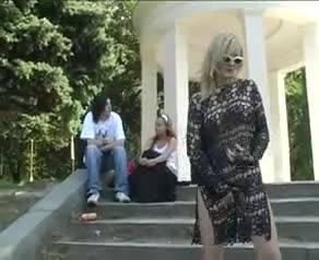 Сексапильная блондинка ласкает свое тело на улице