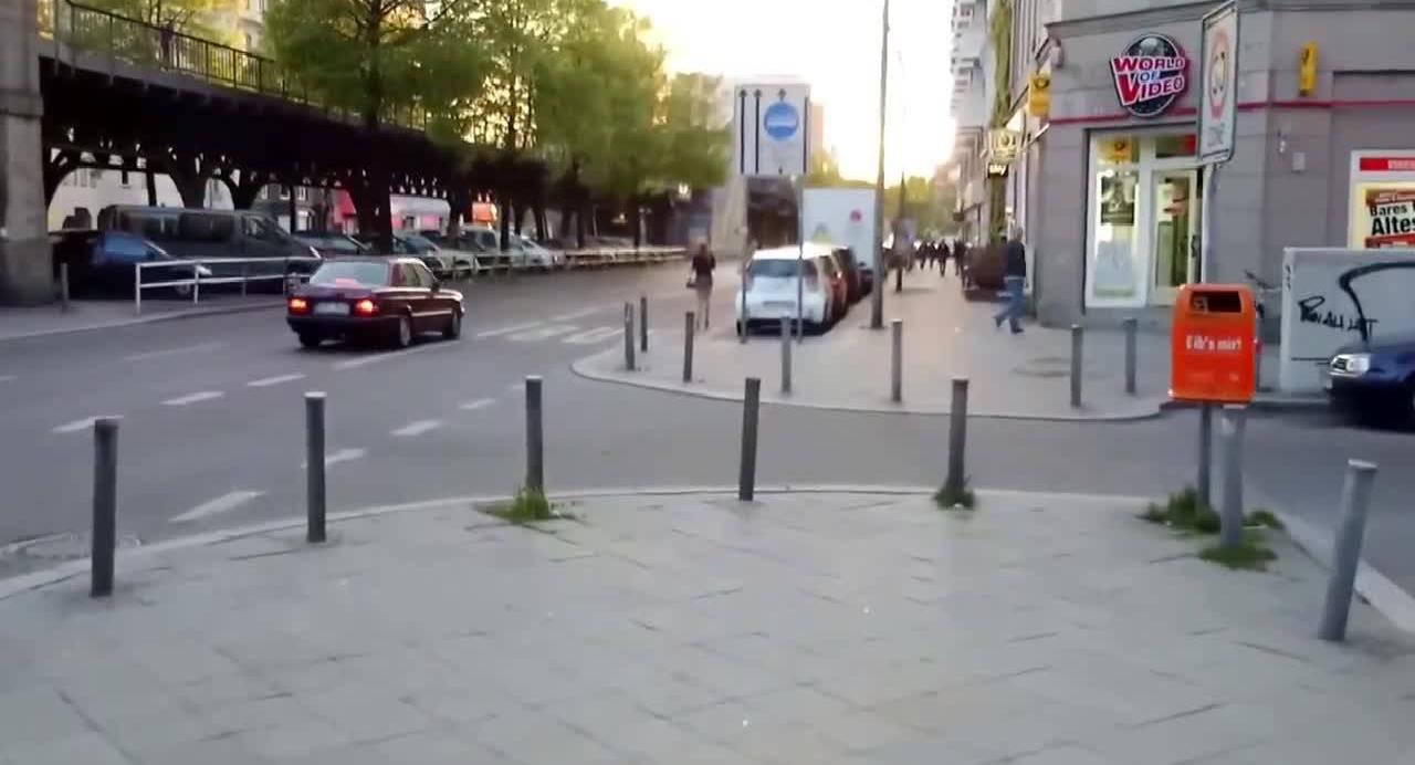 Парень снимает проституток стоящих вдоль дороги в городе