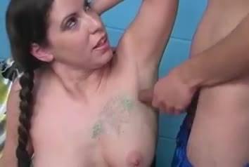Похотливая брюнетка мастурбирует себя и своему парню