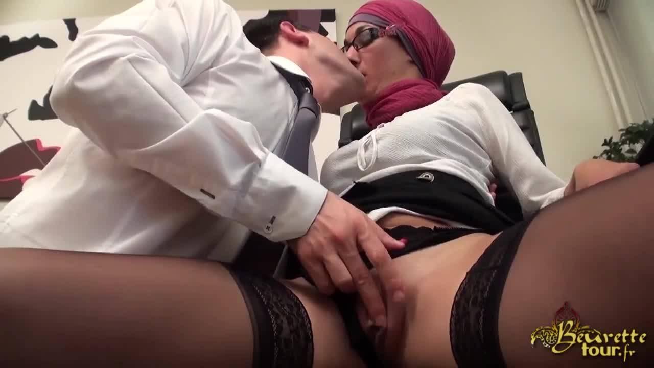 Босс трахает свою трудолюбивую секретаршу