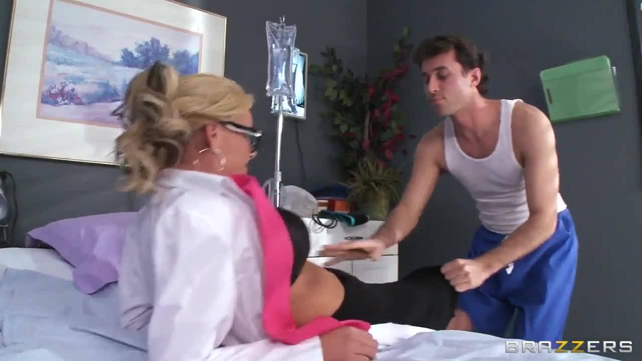 Медсестра соблазнила санитара и дала себя трахнуть