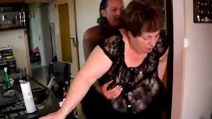 Зрелая парочка занимается сексом прямо в коридоре