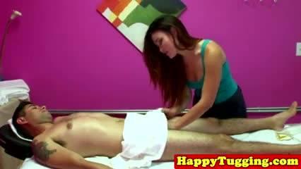 Азиатка делает классный массаж клиенту потом решает сеть на его член
