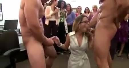 Сексуальная блондинка берет в рот два крепких члена