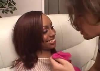 Сексапильная темнокожая милфа жестко отдается своему партнеру