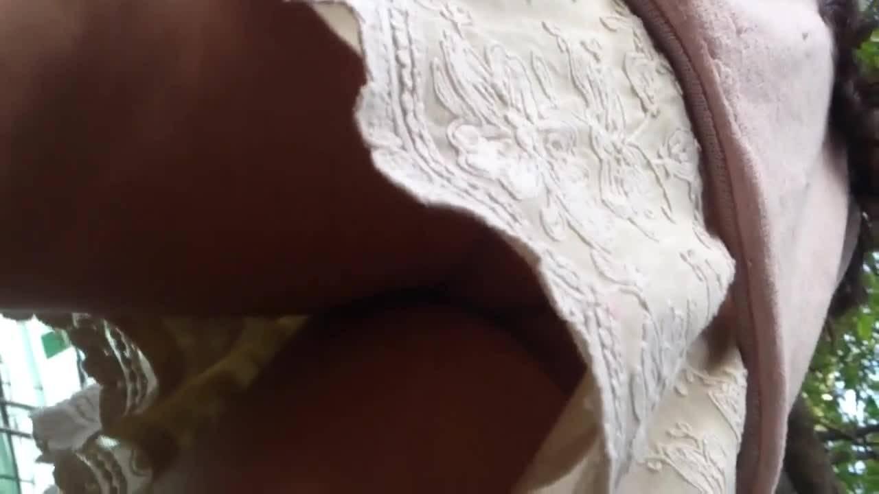 Озабоченный парень снимает прекрасный вид у молодой красотки под юбкой