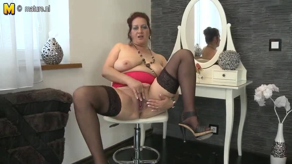 Жирная зрелая женщина и ее стеклянный друг