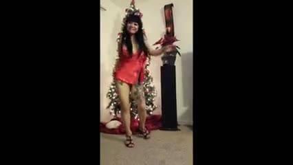 Весёлая дама в нижнем белье отжигает у новогодней ёлки
