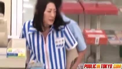 Напарник выебал японскую кассиршу в магазине