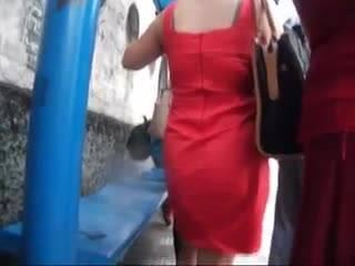 Озабоченный парень скрытно снимает девушку