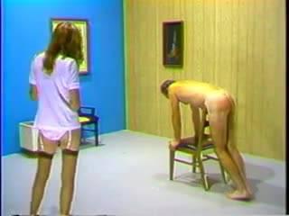 Горячая блондинка шлепает раздетого мужчину и доминирует над ним