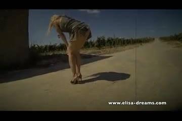 Сексуальная блондинка раздевается и позирует перед камерой