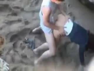 Молодую парочку скрытно спалили при трахе на пляже