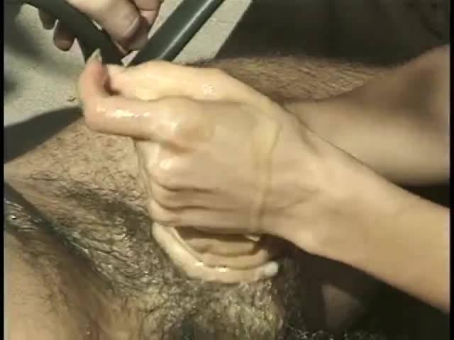 Креативная девица принимается надрачивать мужчине член, обильно сдобрив сливочным маслом