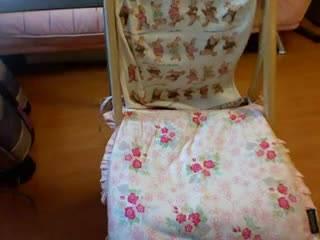 Одинокая девушка сидит на стуле и мастурбирует после тяжелого дня, снимая процесс на камеру