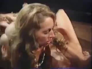 Лесбиянки и секс парочки в отрывке винтажного порно фильма