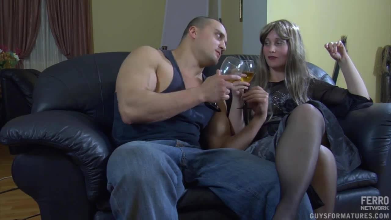 Немного выпив, парочка насладилась сексом