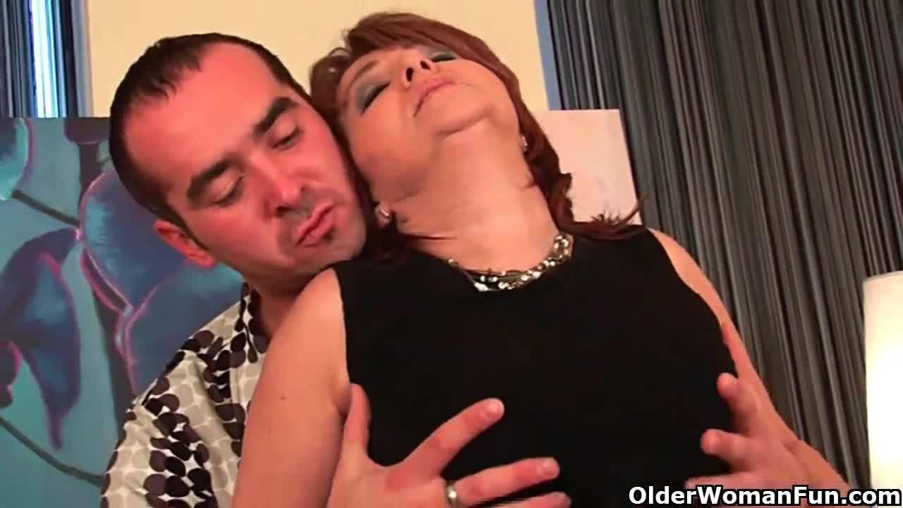 Зрелая брюнетка Veronica Avluv соблазняет молоденького парнишку своей пиздой
