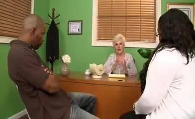 Брюнетка Abby Lee Brazil старательно долбит пизду подруги дилдаком