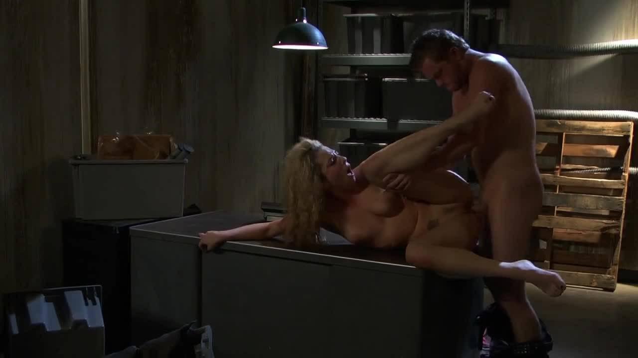 Трахает сочную блондинку на столе в гараже