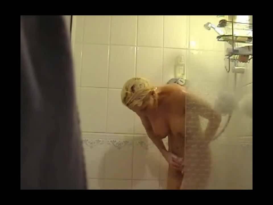 Блондинка принимала душ и решила немного расслабиться