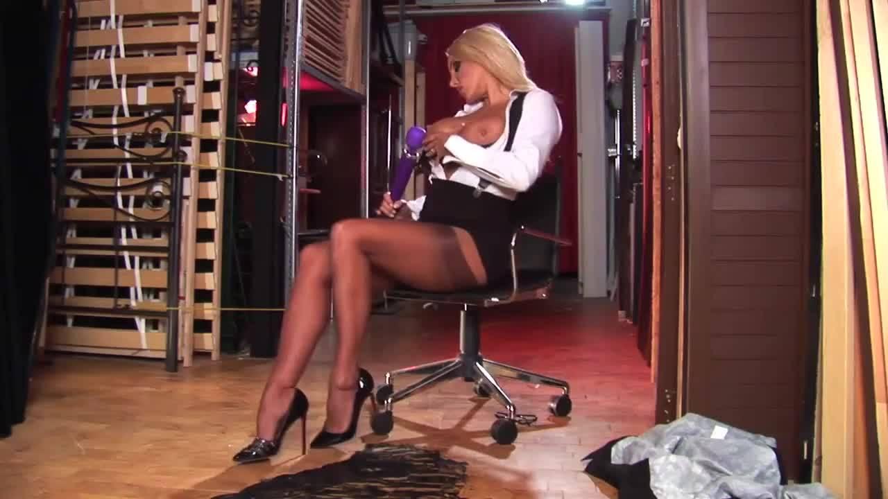 Прекрасная блондинка мастурбирует и балдеет от вибратора