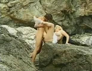 Пышная трахается блондинка с парнем у моря