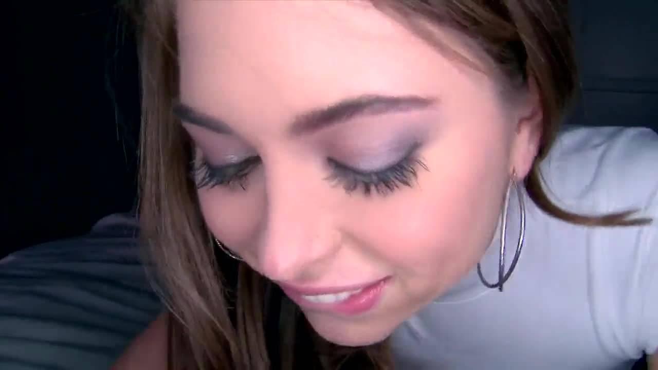Молодая зеленоглазая красотка любит работать на камеру