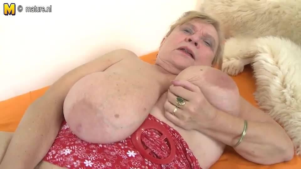 Сексапильная старушка мастурбирует на камеру